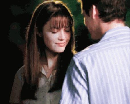 Фото Шейн Уэст / Shane West целует в плечо Мэнди Мур / Mandy Moore, кадр из фильма Спеши любить / A Walk to Remember