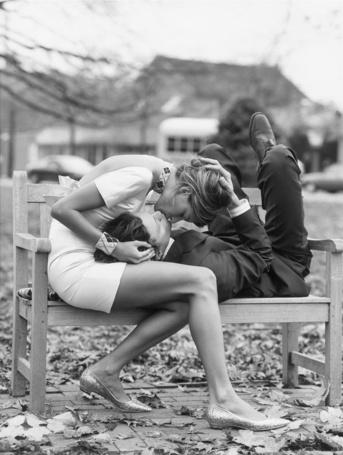 Фото Бразильская супермодель Алессандра Амбросио / Alessandra Ambrosio целует парня, положившего голову ей на колени на скамейке в парке в фотосессии Стюарта Шайнинга / Stewart Shining для журнала Glamour, февраль 2004 год (© Morena), добавлено: 20.10.2012 20:57