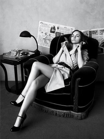 Фото Американская актриса Кристина Риччи / Christina Ricci сидит в кресле с сигаретой в губах в фотосессии Тома Мунро / Tom Munro для журнала Vogue, 2007 год