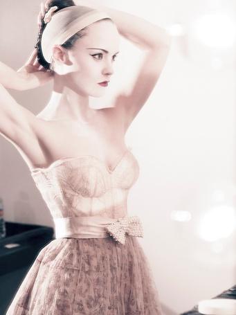 Фото Американская актриса Кристина Риччи / Christina Ricci поправляет прическу в фотосессии Тома Мунро / Tom Munro для журнала Vogue, 2007 год