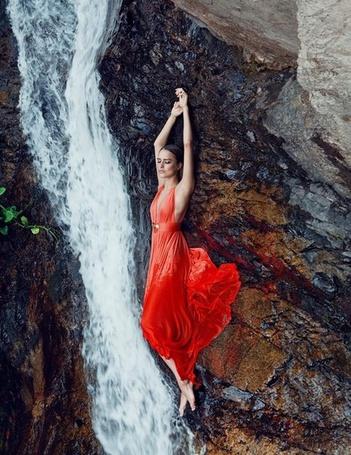 Фото Девушка в красном платье лежит около водопада (© Кофе мой друг), добавлено: 24.10.2012 10:56