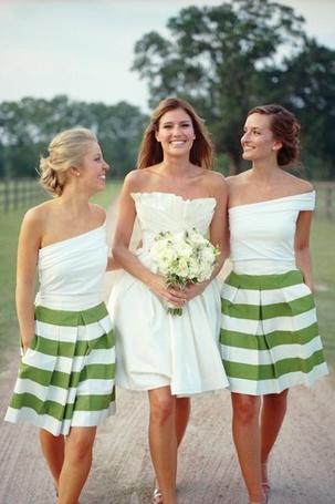 Фото Подружки невесты и невеста идут по дороге