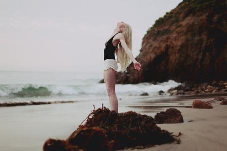 Фото Блондинка потягивается на берегу моря, фотограф Ann He (© Radieschen), добавлено: 25.10.2012 09:25