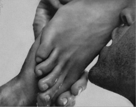 Фото Парень, обняв руками женскую ножку, нежно ее целует