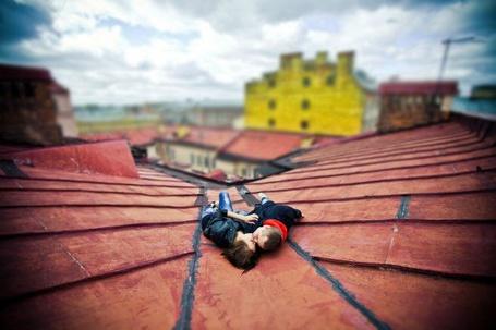 Фото Парень и девушка лежат на крыше (© Danusha), добавлено: 26.10.2012 16:19