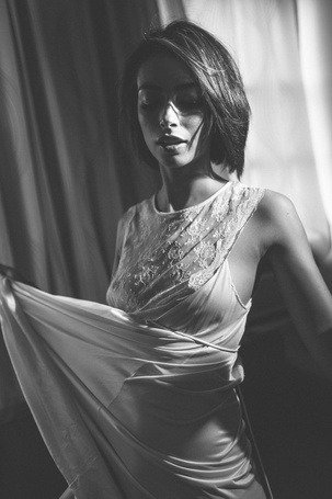 Фото Девушка дома в белом платье (© ), добавлено: 27.10.2012 12:43