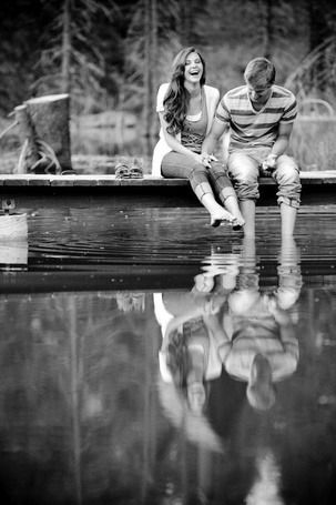 Фото Парень с девушкой сидят над озером и смеются над своим отраженем (© ), добавлено: 28.10.2012 09:20