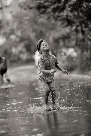 Фото Мальчик играется в луже