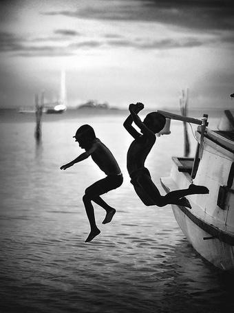 Фото Силуэты детей прыгающих в воду