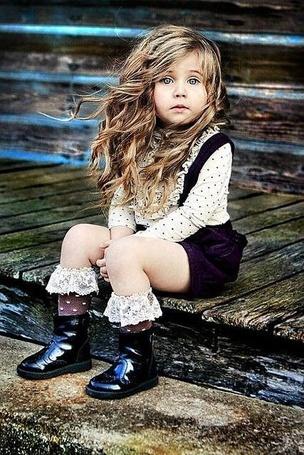 Фото Маленькая девочка сидит на ступеньках (© ), добавлено: 28.10.2012 09:52