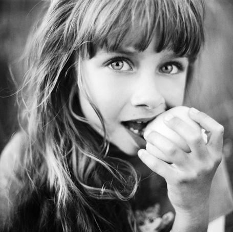 Фото Девочка кусает яблоко