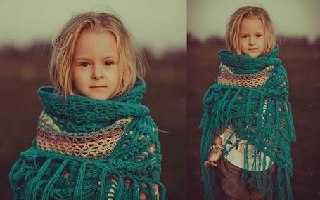Фото Девочка, закутанная в бирюзовый шарф