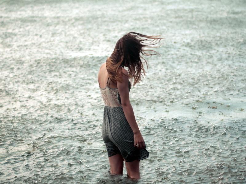 одинокая грустная девушка знакомится