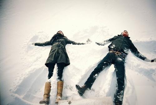 Фото Девушка с мужчиной лежат в снегу
