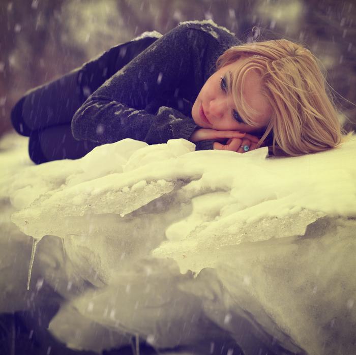 Фото Девушка лежит на льдине, смотря куда-то вдаль