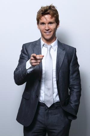 Фото Австралийский актёр Райан Квантен / Ryan Kwanten показывает пальцем вперед (© ), добавлено: 01.11.2012 11:25