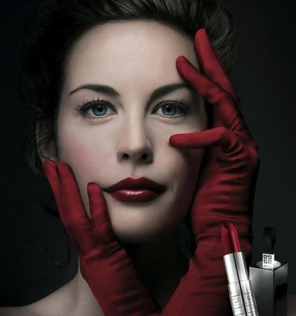 Фото Лив Тайлер / Liv Tyler в красных перчатках