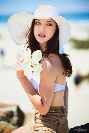 Фото Девушка в шляпке держит белый цветок - emili solo (© ), добавлено: 02.11.2012 11:10