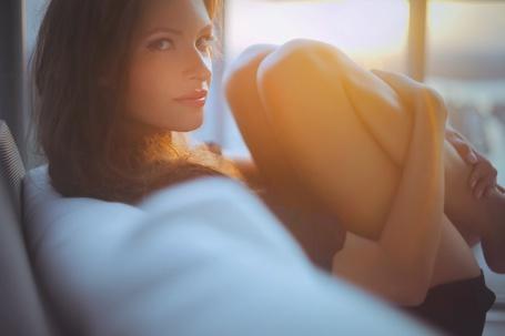 Фото Девушка сидит согнув ноги