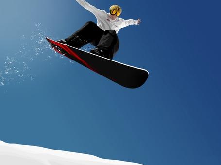 Фото Полет сноубордиста на фоне яркого, голубого неба