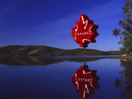 Фото Воздушный шар необычной формы с надписью CANADA / Канада над озером