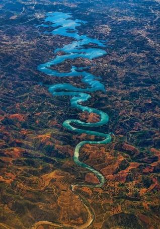 Фото Извивающая река среди скалистой местности (© ), добавлено: 03.11.2012 09:34