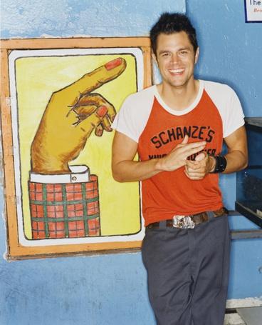 Фото Джонни Ноксвил /Johnny Knoxville рядом с прикольным рисунком (© ), добавлено: 04.11.2012 13:49