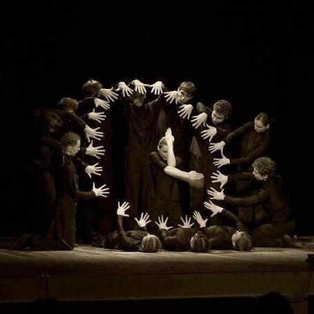 Фото Представление на сцене-часы из рук людей (© ), добавлено: 04.11.2012 19:44