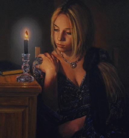Фото Девушка задумчиво смотрит на горящую свечу