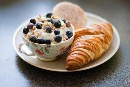 Фото Круассан с чашкой пудинга на тарелке (© ), добавлено: 22.11.2012 16:06