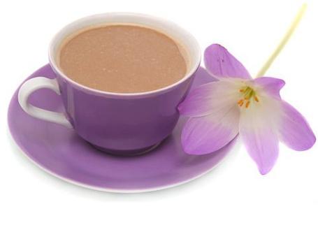 Фото Кофе с молоком в сиреневой чашечке на блюдце и сиреневый цветочек (© ), добавлено: 26.11.2012 08:43