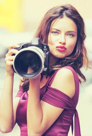 Фото Модель Адриана Лима / Adriana Lima с фотоаппаратом Canon