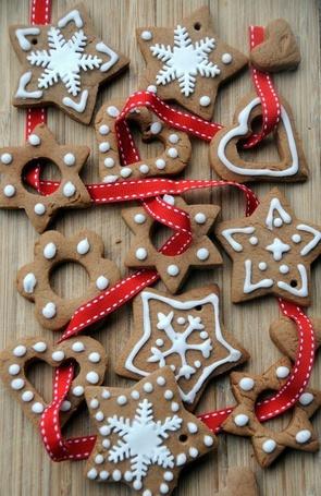 Фото Новогодние печенья с лентой на столе
