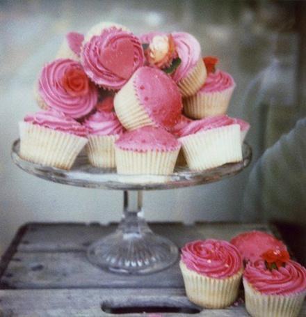 Фото Розовые кексы на подносе (© ), добавлено: 27.11.2012 19:12