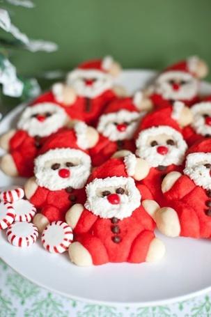 Фото Новогодние печенья в виде Санты Клауса на тарелке
