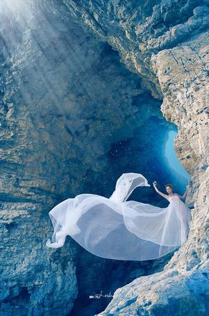 Фото Девушка в красивом белом платье стоит у пещеры (© ), добавлено: 28.11.2012 01:45