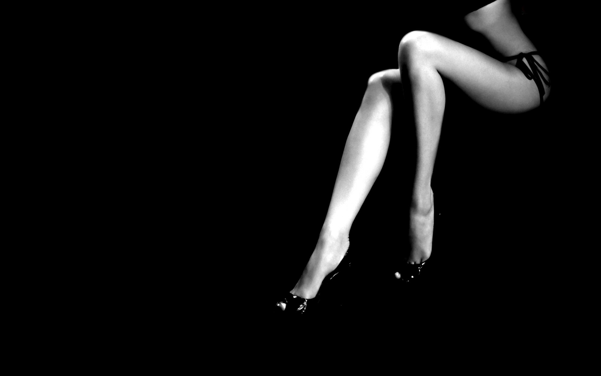 Сексуальные чёрно белые картинки с цветными вставками 22 фотография