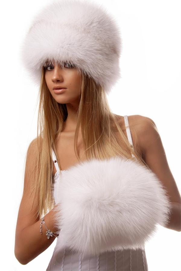 Фото Девушка в меховой шапке и муфтой на руках