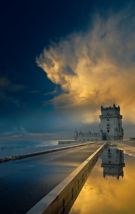 Фото Мост, ведущий к замку, и его отражение с облаками в воде