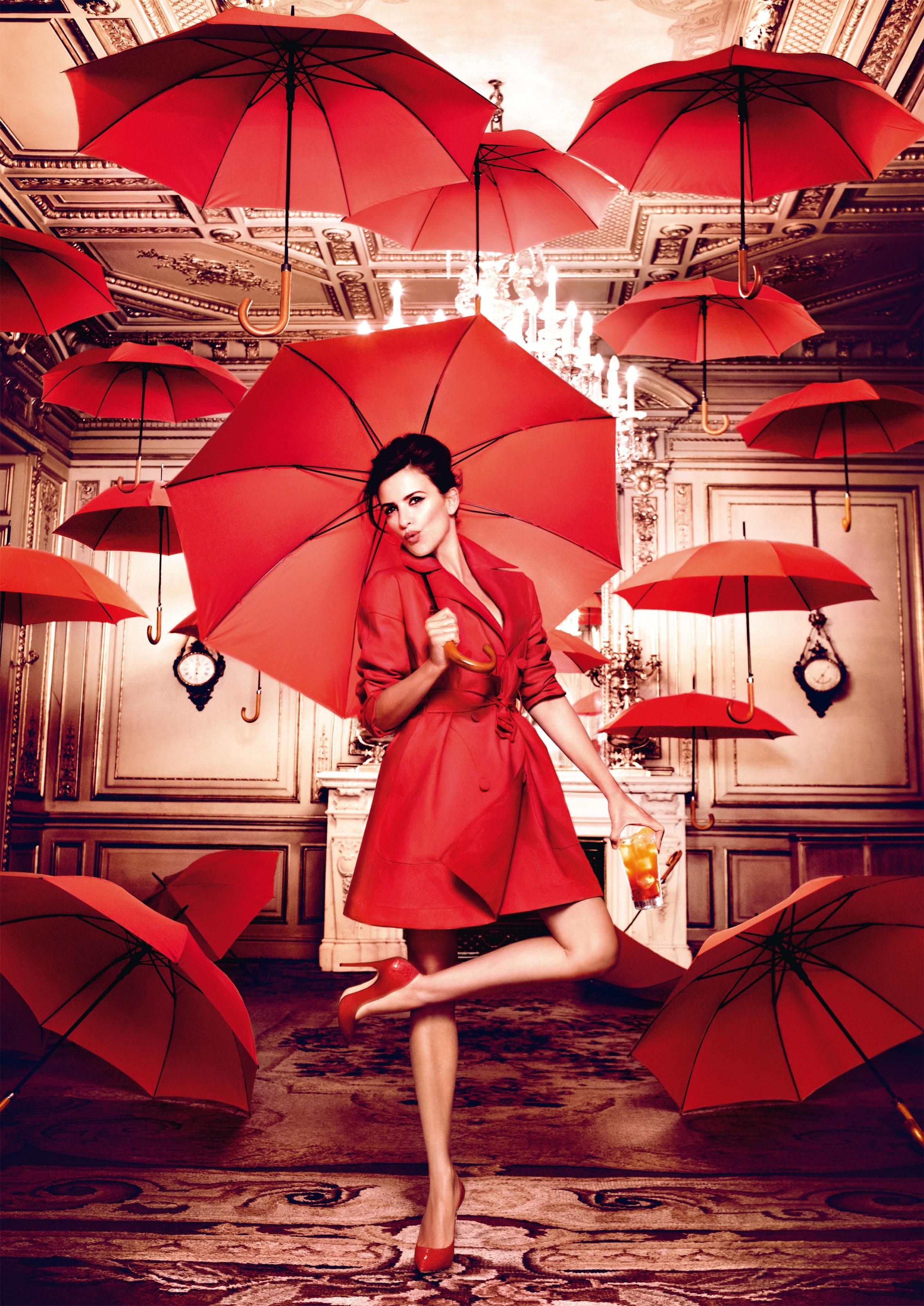 фотографии с красным зонтиком скучновато одному прямо