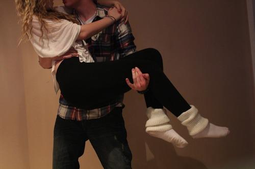 Парень держит девушку за руку - 5da23