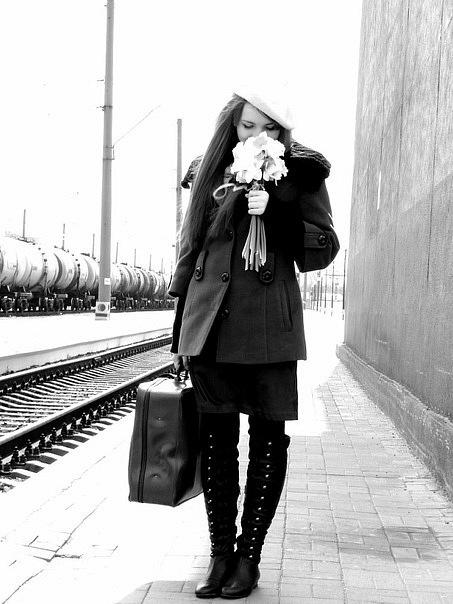 Фото девушка с чемоданом и цветами в
