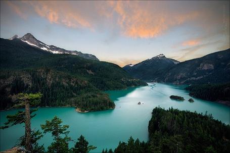 Фото Ярко-голубая река среди лесов и гор, фотограф Addam Soule (NWunseen) (© Radieschen), добавлено: 02.12.2012 08:50