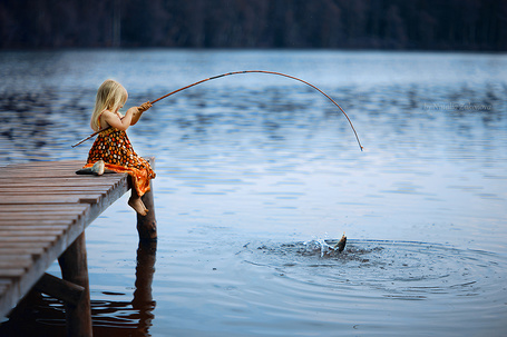 Фото Девочка ловит рыбу