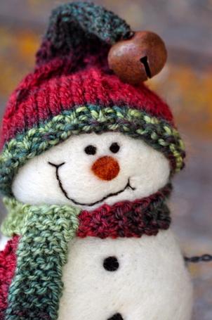 Фото Снеговик в вязанных шапочке и шарфе