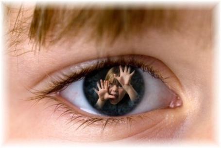 Фото Воображаемый глаз ребенка, где из зрачка малыш протягивает руки