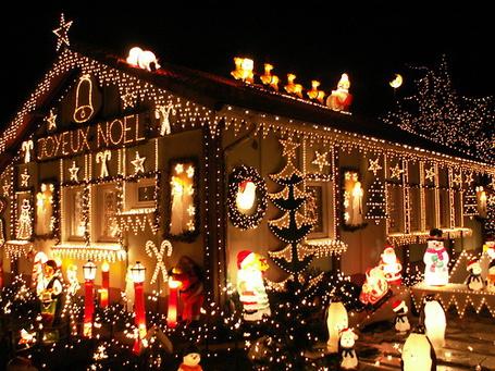Фото Дом, украшенный снаружи светящими фигурками снеговиков, Дедов Морозов, конфет и надписью Joyeux Noel / С Рождеством (© Кофе мой друг), добавлено: 04.12.2012 22:54
