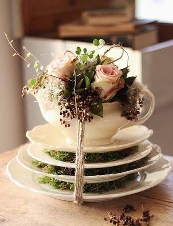 Фото Маленький букетик роз в чашке на тарелке (© ), добавлено: 05.12.2012 00:27