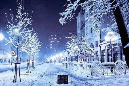 Фото Заснеженная улица города