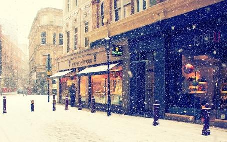 Фото Город, витрины магазина во время снегопада